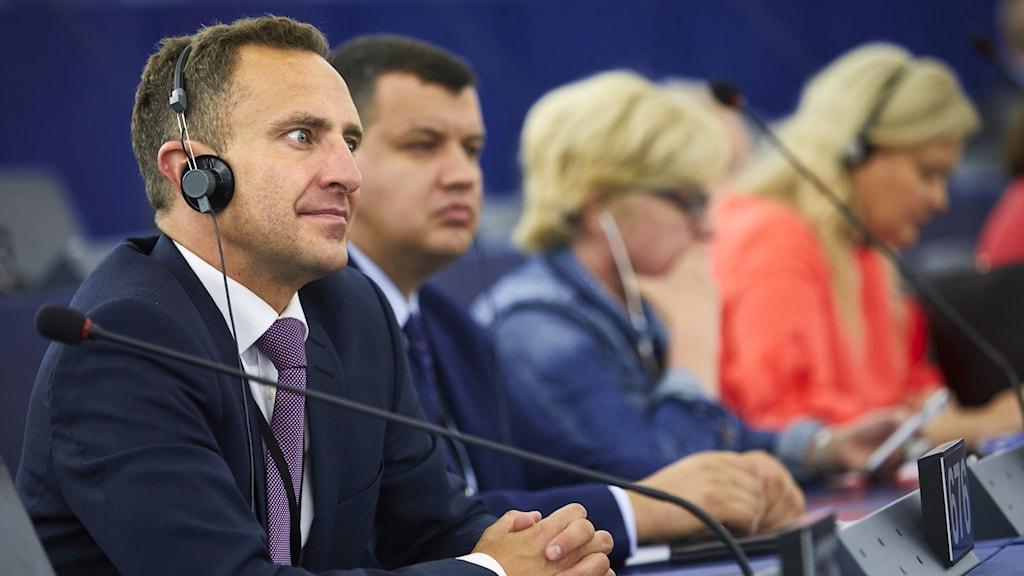 Fyra personer sitter på rad i EU-parlamentet