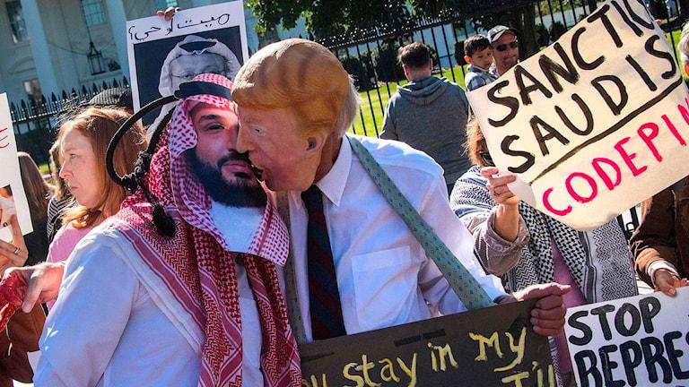 Demonstranter utanför Vita Huset utklädda till Trump och Saudiarabiens kronprins.