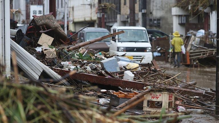 Gatorna i Hitoyoshi, Kumamoto, är fyllda av bråte efter översvämningarna.