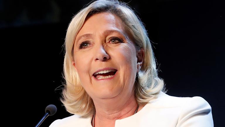 Marine Le Pen håller tal under valdagen 26 maj.