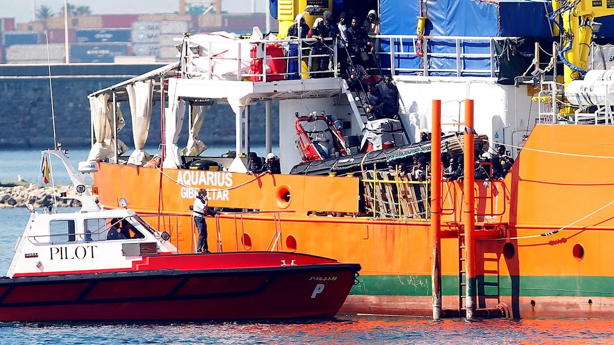 Migranter stiger av båten Aquarius.