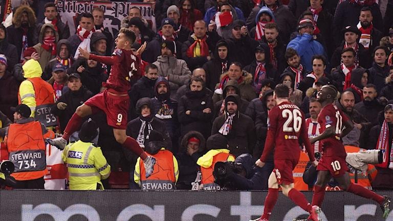 Liverpools Roberto Firmino firar efter ett mål den 11 mars, innan fotbollen lades på is på grund av pandemin.