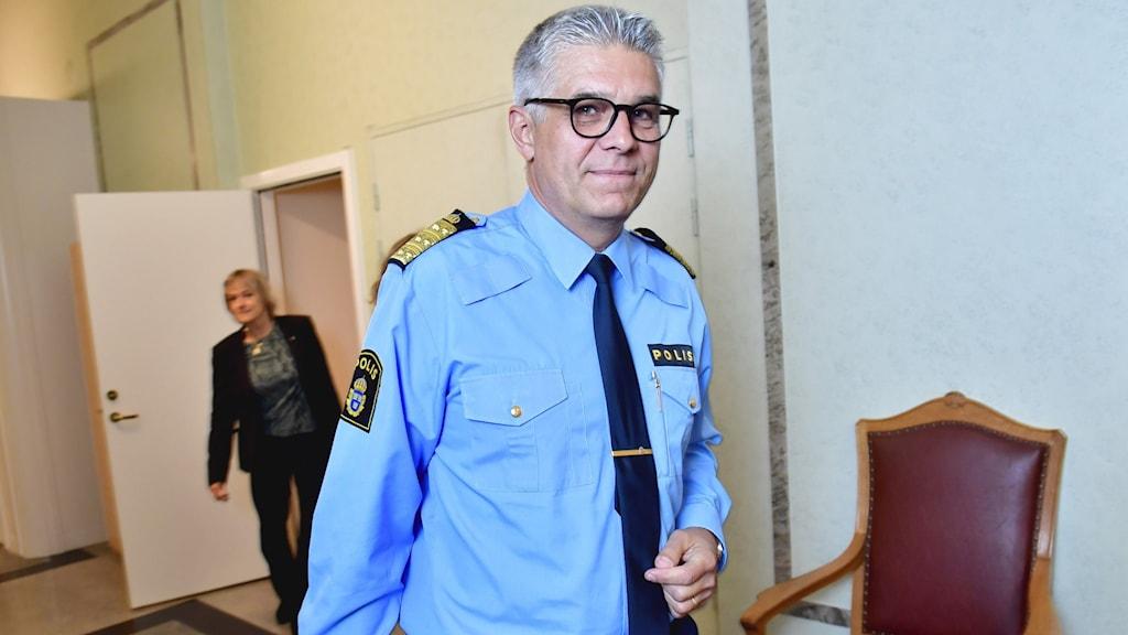 En man i poliskläder.