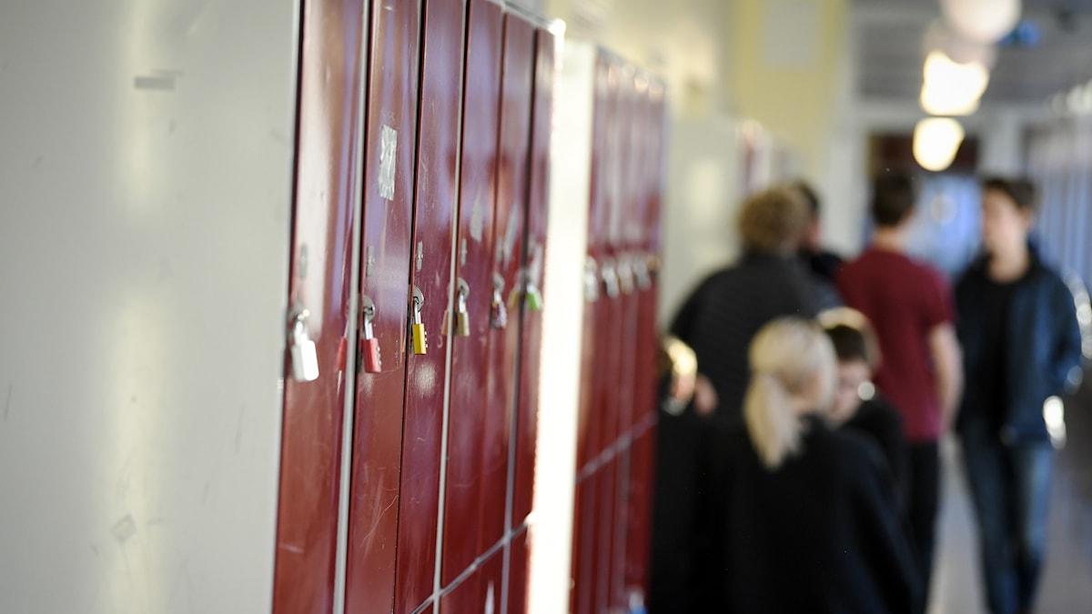 Skolkorridor med några elever.