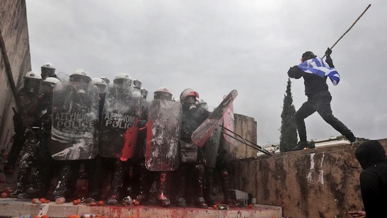 Tårgas mot demonstranter i Aten