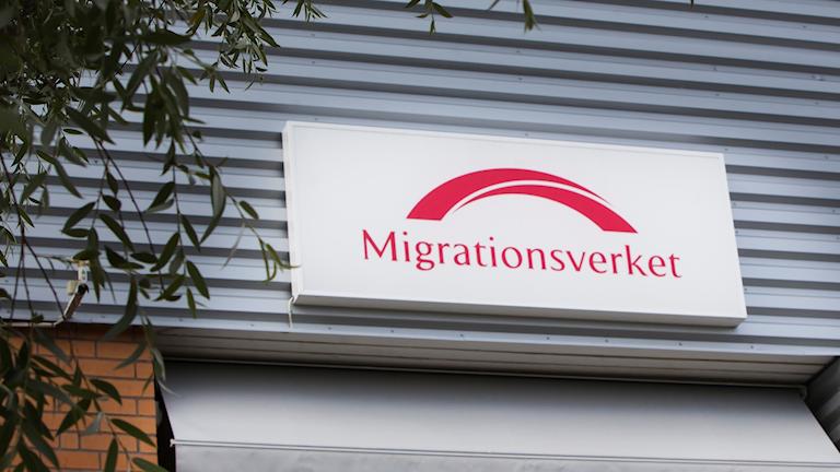 skylt med Migrationsverkets logga