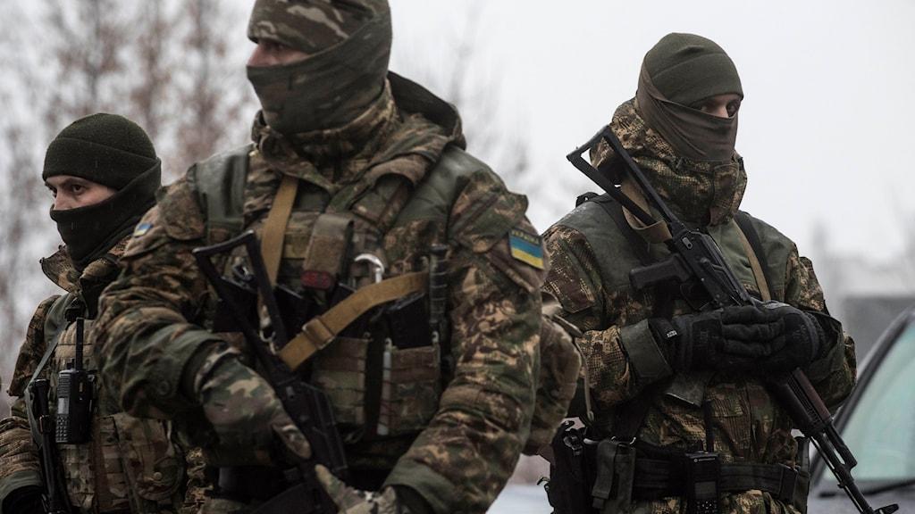 Ukrainsk militär patrullerar i Avdiivka i februari i år.