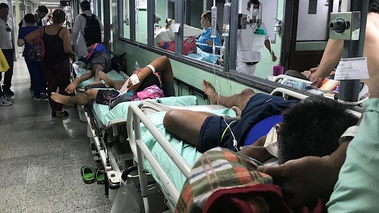 Överfyllda sjuksalar och korridorer på akuten på sjukhuset Akuten på sjukhuset Erasmo Meoz.
