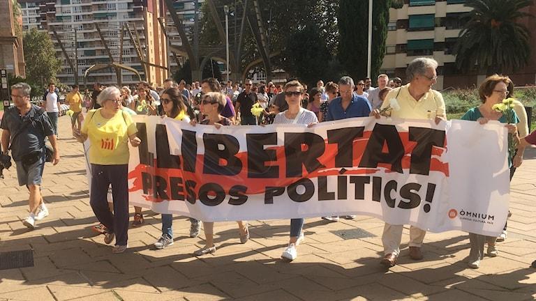 Bilder från en av söndagens manifestationer efter händelserna den 1 oktober i fjol då man höll en omröstning om självständighet. Det ledde till att flera politiker greps.