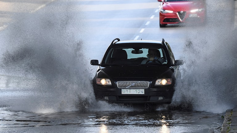 Bil som kör i högt vatten.
