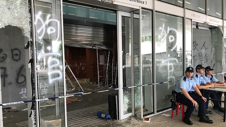 Sönderslaget glas och spraymålning på skjutdörrar.