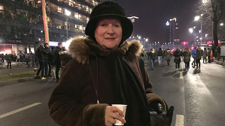 Pensionären Areta Costea säger att hon är ute och protesterar för sina barnbarns skull.