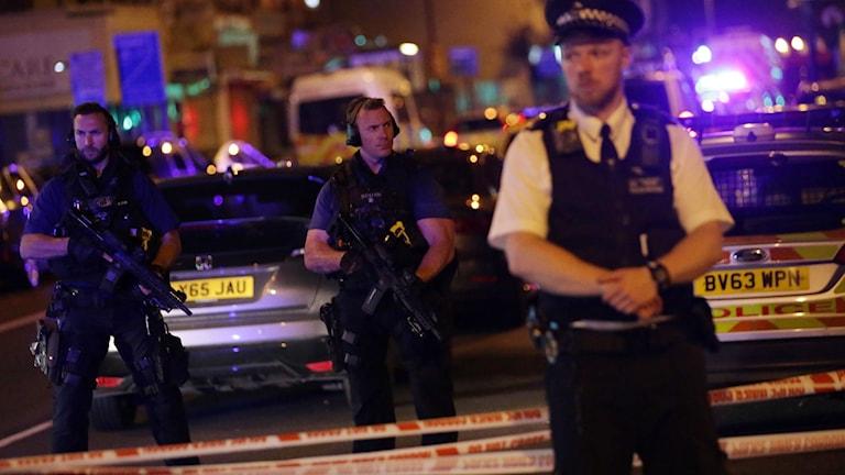Poliser med vapen.