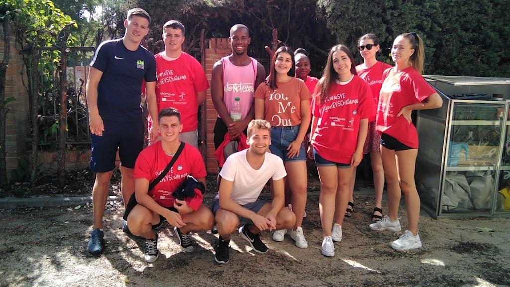 En bild på nio ungdomar i shorts- och T-shirt, uppställda för en gruppbild.
