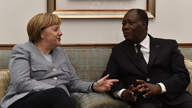 Två människor sitter ner och pratar.