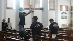 Indonesisk polis vid brottsplatsen. Amr Nabil/AP Photo/TT.