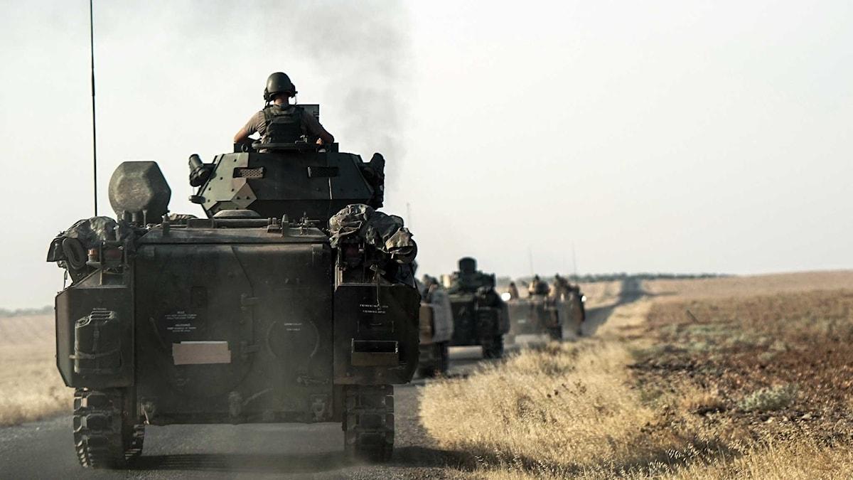 Turkiska styrkor på väg mot den syriska gränsen i stridsvagnar.