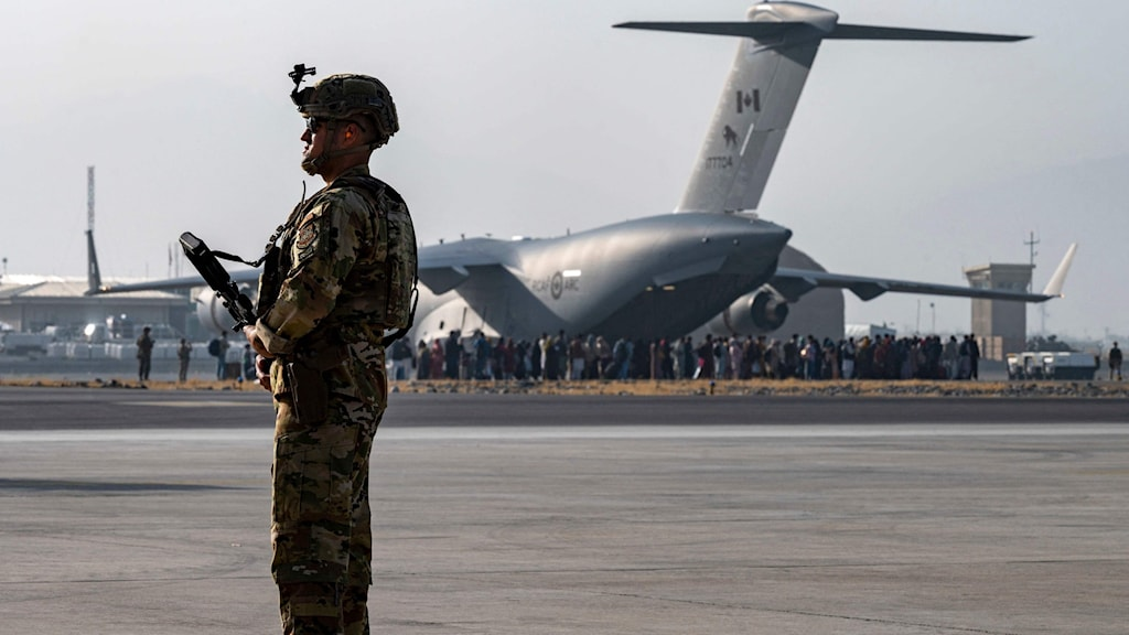 En soldat på flygplatsen i Kabul.