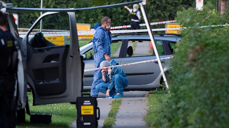 Polis och kriminaltekniker på plats efter att två människor skjutits ihjäl i en svenskregistrerad bil i Köpenhamnsförorten Herlev