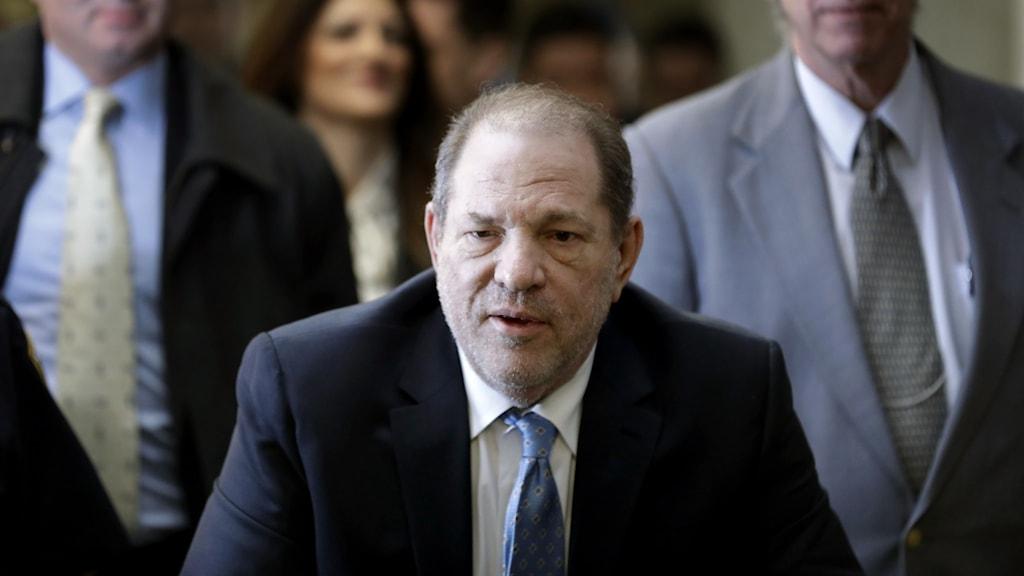 Harvey Weinstein syns i en rättssal i New York där han dömdes för våldtäkt.