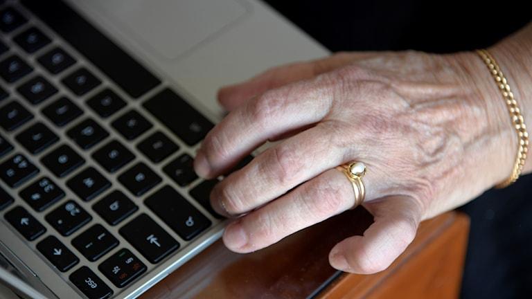 Äldre kvinna använder bärbar dator