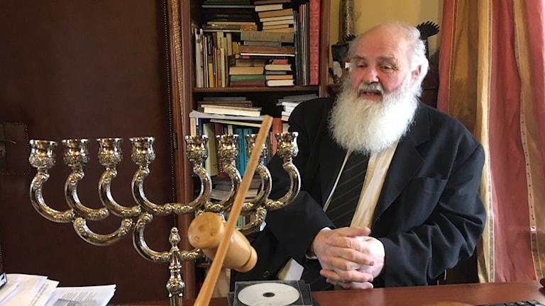 Gábor Iványi, präst och rektor vid en teologisk skola i Budapest, anser att regeringen genom sin Soros-kampanj utnyttjar den antisemitism som finns i Ungern.