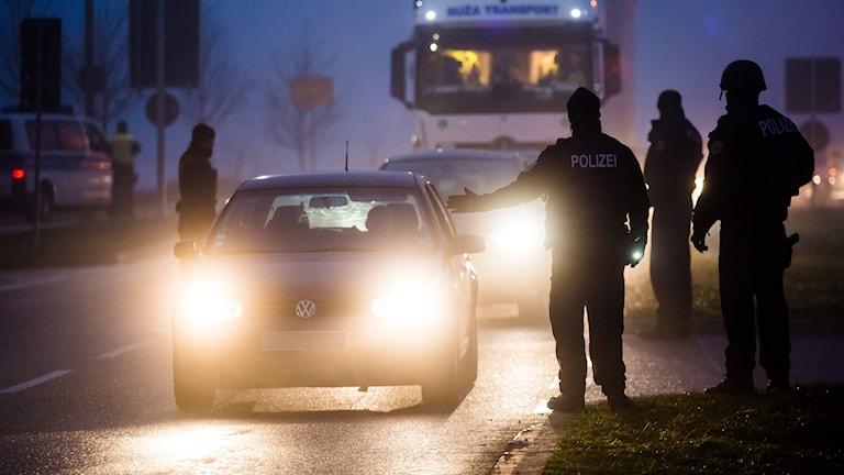 Tysk polis kontrollerar bilar från Frankrike på gränsen.