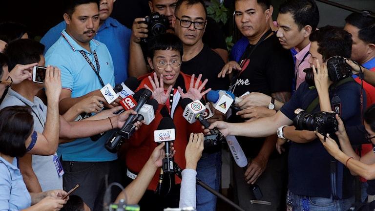 Maria Ressa talar till medier vid domstol i Manilla.