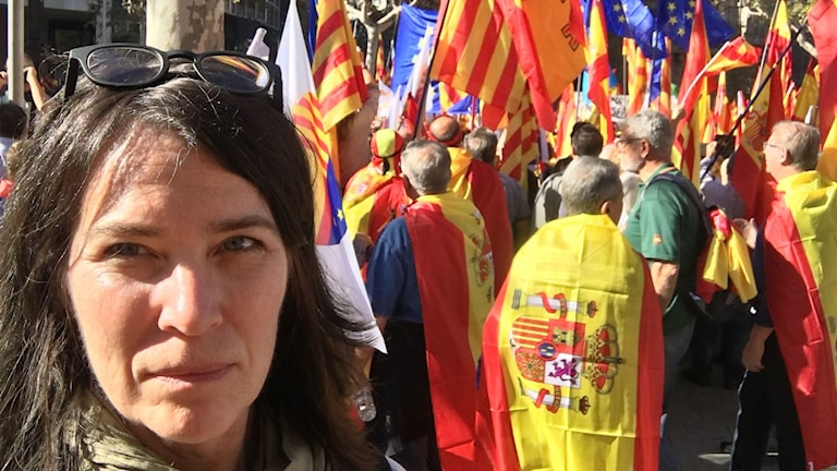 """""""Vi är alla Katalonien"""". I Barcelona samlas idagde som är för Spaniens enighet och som stödjer den spanska regeringens åtgärder emot Kataloniens självständighetsdeklaration. Foto:"""