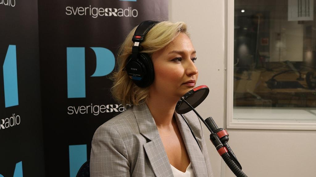 Ebba Busch Thor (KD) framför mikrofonen i en studio i Radiohuset.