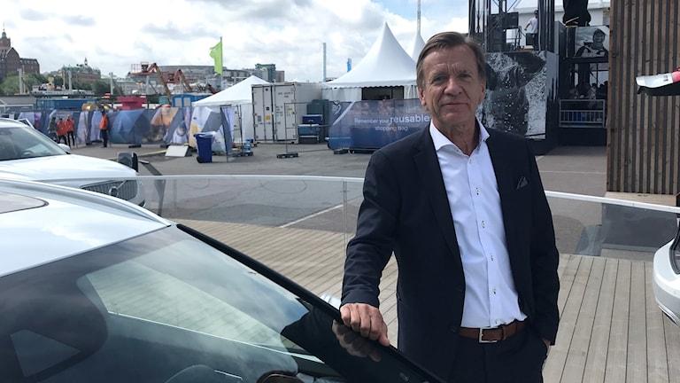 Håkan Samuelsson vd för Volvo Cars står vid en vit bil