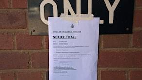 En lapp upplyser om sköterskornas strejk vid ett sjukhus i Bulawayo