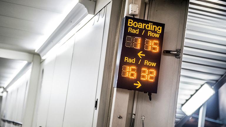Arlanda flygplats. Skylt visar var påstigande resenärer ska ta vägen.