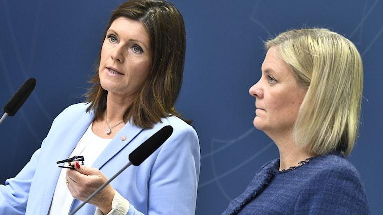 Arbetsmarknadsminister Eva Nordmark (S) och finansminister Magdalena Andersson (S) håller pressträff.