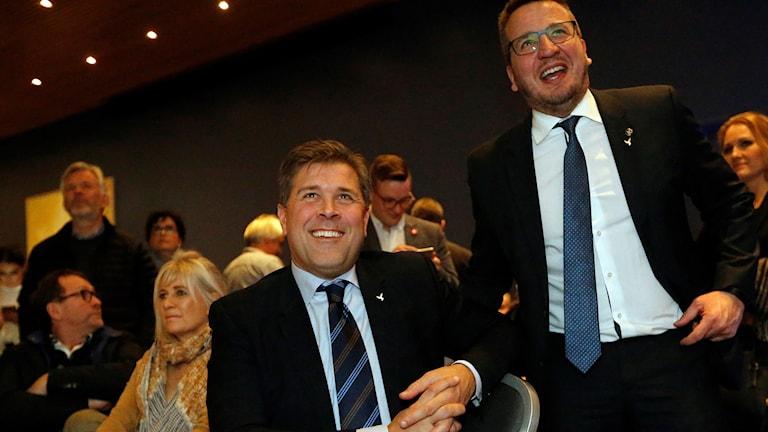 Bjarni Benediktsson från Självständighetspartiet ler stort när prognoserna efter valet kommer.