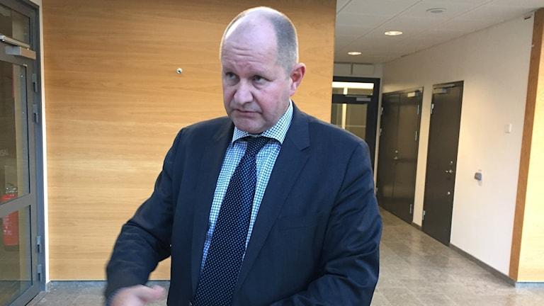 Bilden visar rikspolischefen Dan Eliasson som står och pratar vid ett bord. Foto: Anna Bubenko/Sveriges Radio.