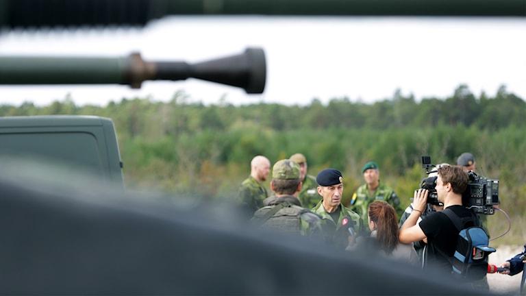 Micael Bydén möter media på Tofta skjutfält på Gotland. Gotland har fått ett permanent försvar igen.