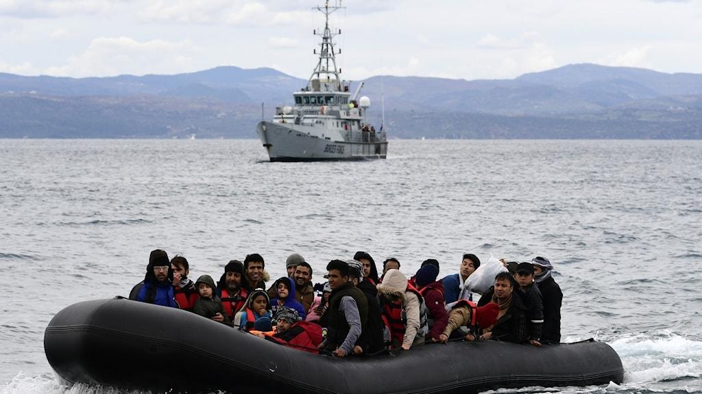 Migranter i båt på väg till Europa.
