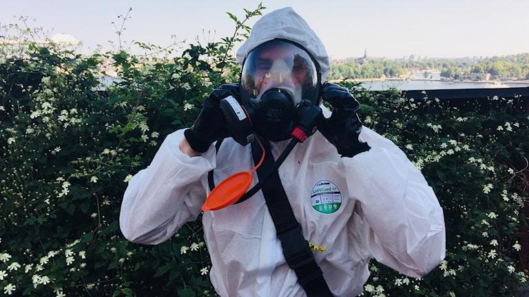 Asbestsanerare Karim Häggblom demonstrerar sin utrustning.