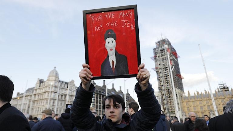 Judiska organisationer demonstrerar mot Labours ledare Jeremy Corbyn.