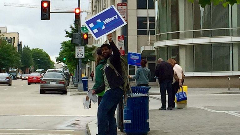 Supportrar till Bernie Sanders och Hillary Clinton försöker locka väljare i samma gathörn i Washington DC.