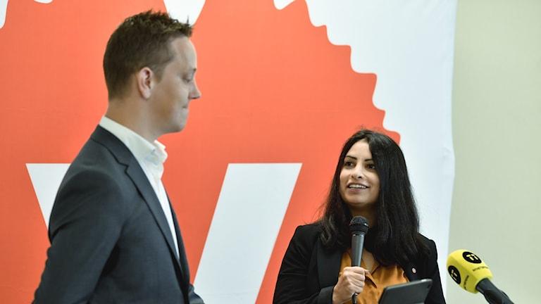 Valberedningens ordförande i Vänsterpartiet Håkan Eriksson, och den föreslagna nya partiledaren Nooshi Dadgostar.