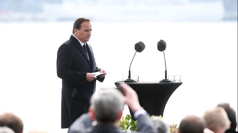 Statsminister Stefan Löfven talar vid minnesstunden för de drabbade offer i dådet på på Drottninggatan i fredags.