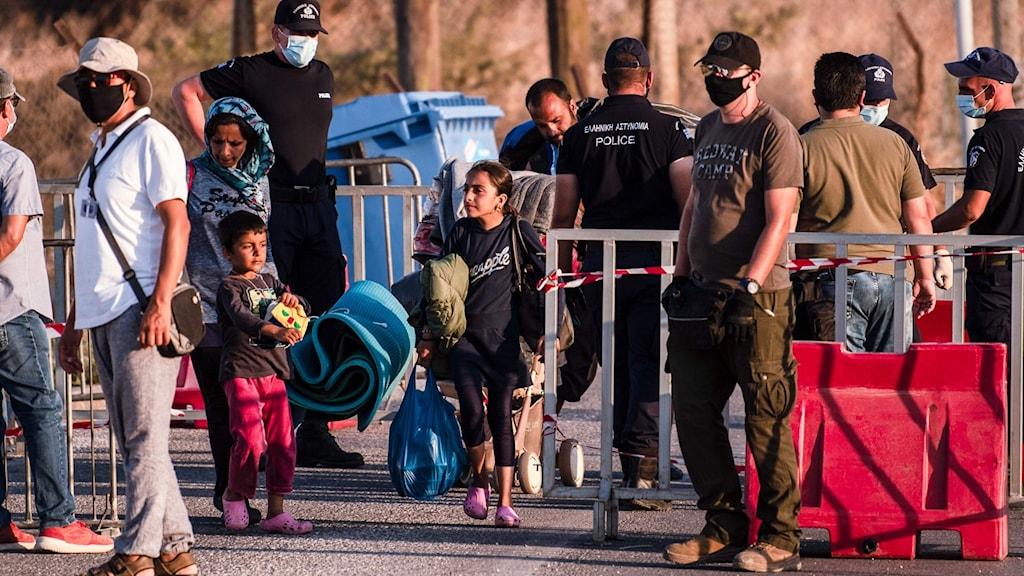 Flyktingar anländer till det nya tältlägret i Grekland.
