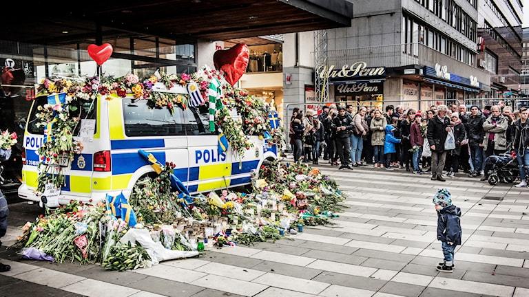 Polisbil täckt med blommor.