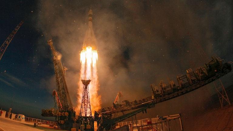 Ryska rymdfarkosten Soyuz-FG på väg upp i skyn