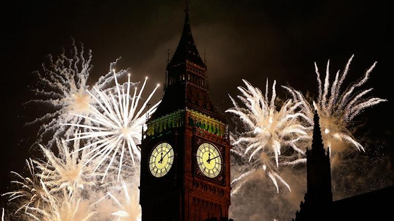 Big Ben i förgrunden och nyårsfyrverkerier i bakgrunden.