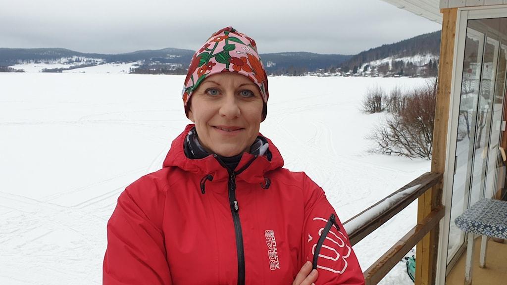 Kvinna med röd jacka framför snölandskap. Foto: Privat