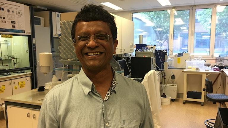 Joydeep Dutta är professor i nanofysik vid KTH och forskar om att bryta ner mikroplaster. Fotograf: Maja Lagercrantz/SR