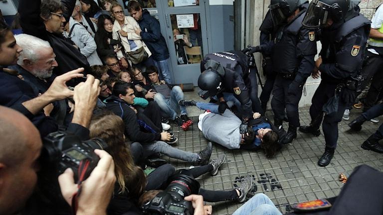 poliser motar bort väljare.